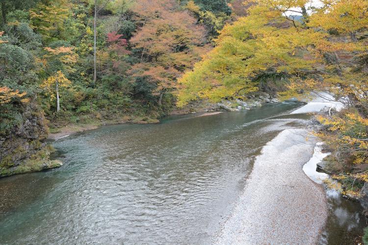横を流れる綺麗な川です。