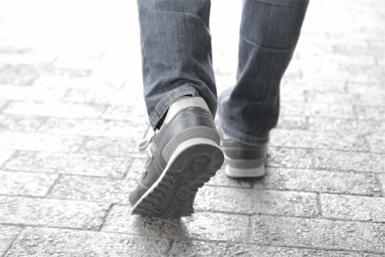 スニーカーを履く男性の足
