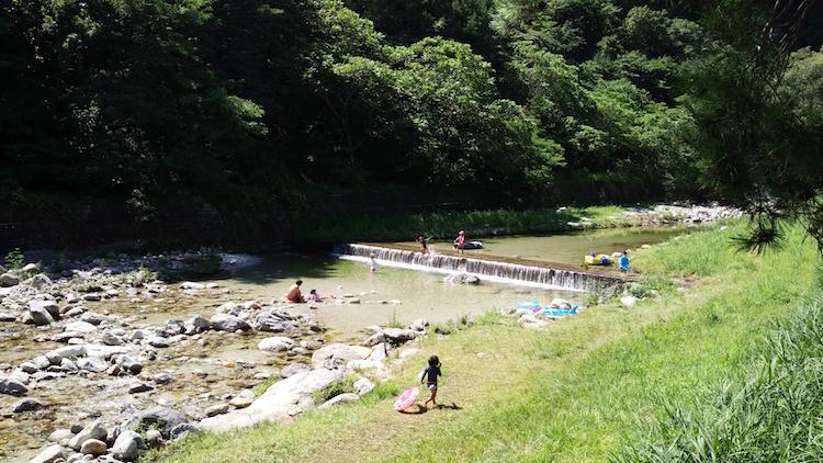 尾白川リゾートオートキャンプ場のすぐ横を流れる綺麗な川